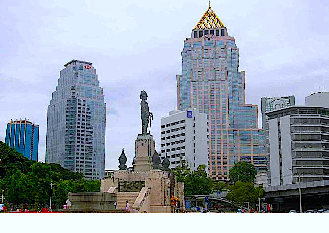 Lumphini Park in Bangkok (with statue of Thai King Rama IV)